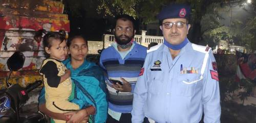 Traffic cop reunites 4 years old lost girl with family