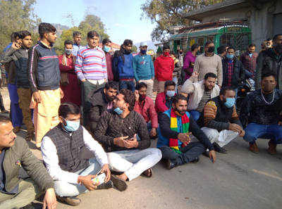 PHC Kirmchi sans doctors, people hold protest