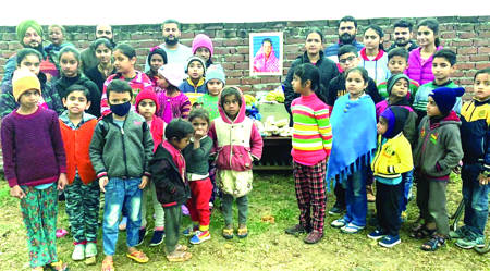 Youth Congress distributes eatables on Sonia's birthday