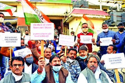 Cong stages protest in support of farmers' agitation